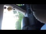 читает реп в машине